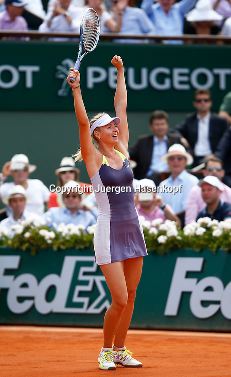 French Open 2013, Roland Garros,Paris,ITF Grand Slam Tennis Tournament,Maria Sharapova (RUS) streckt die Arme hoch und jubelt nach ihrem Sieg,Jubel,Emotion,Freude,Einzelbild,Ganzkoerper,Hochformat,