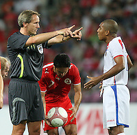 Fussball International Laenderspiel Schweiz 2-0 Costa Rica Schiedsrichter Dick Van Egmond (NED) weist Andy Herron Aguilar (COR) zurueck