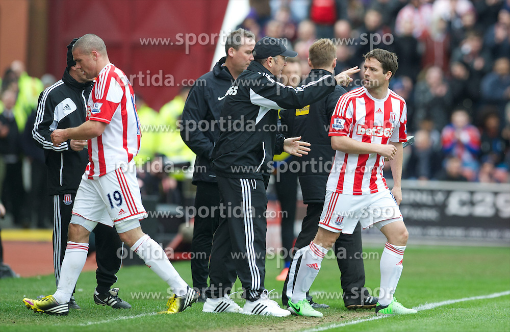 14.04.2013, Britannia Stadion, Stoke on Trent, ENG, Premier League, Stoke City vs Manchester United, 33. Runde, im Bild Stoke City's manager Tony Pulis bring on substitute Michael Owen during the English Premier League 33th round match between Stoke City FC and Manchester United at the Britannia Stadium, Stoke on Trent, Great Britain on 2013/04/14. EXPA Pictures © 2013, PhotoCredit: EXPA/ Propagandaphoto/ David Rawcliffe..***** ATTENTION - OUT OF ENG, GBR, UK *****