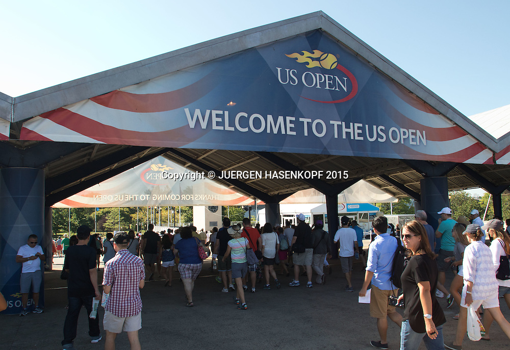 US Open Feature,Tennis Fans gehen  zur Anlage, <br /> <br /> Tennis - US Open 2015 - Grand Slam ITF / ATP / WTA -  Flushing Meadows - New York - New York - USA  - 6 September 2015.