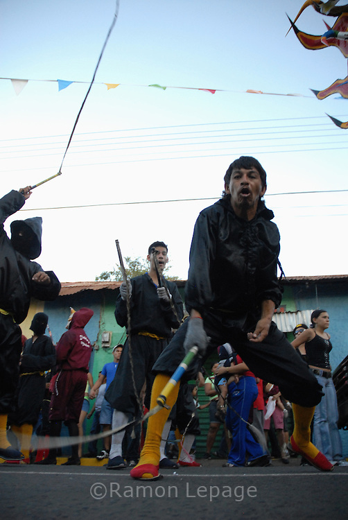 Comparsa del Carnaval de El Callao en Venezuela. Cada comparsa desfila con su propio conjunto musical, al tradicional ritmo del calipso. El Carnaval, celebrado entre los meses de febrero y marzo, tiene en El Callao una de sus manifestaciones más alegres y coloridas, gracias a la riqueza cultural de su mestizaje. El Callao, 2007 (Ramon Lepage / Orinoquiaphoto)  El Callao Carnival in Venezuela. Different groups participate in the parade with calypso musical companion. Carnival, celebrated between February and March, have in El Callao one of its colorful and happiest expressions, thanks to their cultural mixture. El Callao, 2007 (Ramon Lepage / Orinoquiaphoto)..