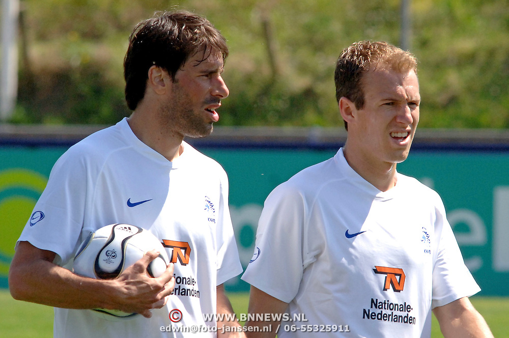 NLD/Katwijk/20060510 - Trainings Nederlands Elftal, Ruud van Nistelrooy en Arjen Robben..- plaatsing foto met naamsvermelding Edwin Janssen/Brunopress..Dutch national soccerteam trains in preparation of the world championship 2006 in Germany, completed with Ruud van Nistelrooy