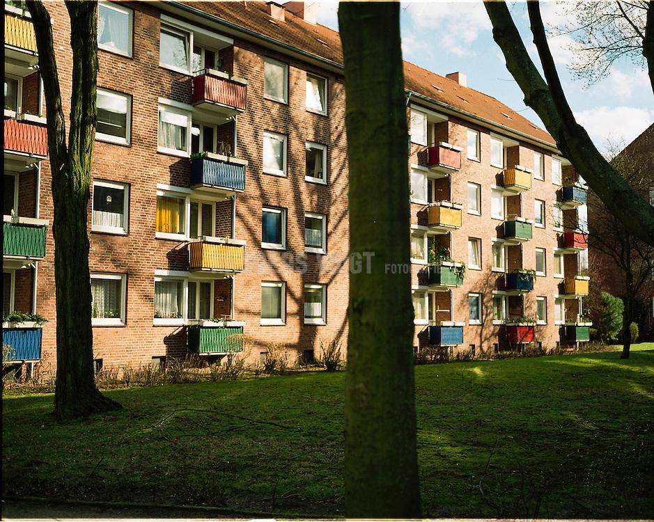 Wohnhaus mit bunten Balkonen