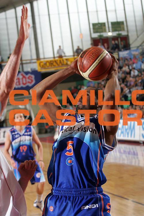 DESCRIZIONE : Reggio Emilia Lega A1 2005-06 Bipop Carire Reggio Emilia Vertical Vision Cantu <br /> GIOCATORE : Collins <br /> SQUADRA : Vertical Vision Cantu <br /> EVENTO : Campionato Lega A1 2005-2006 <br /> GARA : Bipop Carire Reggio Emilia Vertical Vision Cantu <br /> DATA : 07/05/2006 <br /> CATEGORIA : Tiro <br /> SPORT : Pallacanestro <br /> AUTORE : Agenzia Ciamillo-Castoria/Fotostudio 13 <br /> Galleria : Lega Basket A1 2005-2006 <br /> Fotonotizia : Reggio Emilia Campionato Italiano Lega A1 2005-2006 Bipop Carire Reggio Emilia Vertical Vision Cantu <br /> Predefinita :