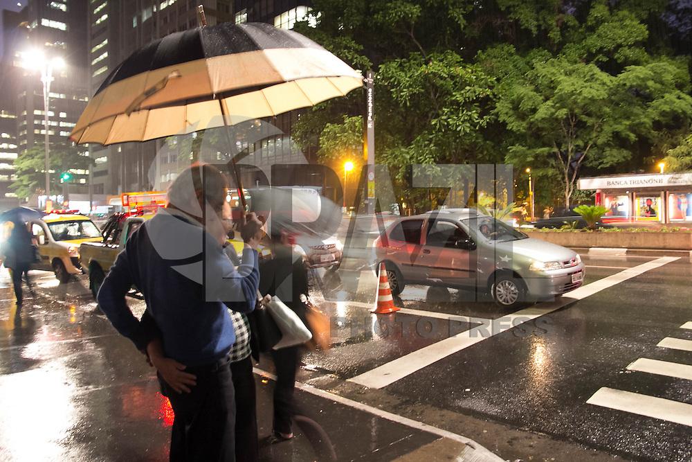 SAO PAULO, SP - 04.11.2014 - RETORNO DA CHUVA EM S&Atilde;O PAULO - Chuva moderada atinge regi&atilde;o da paulista no in&iacute;cio da noite desta ter&ccedil;a-feira (4). A chuva somada de assembl&eacute;ia popular de lidere&ccedil;as do juntos, Psol e Pt deixa o transito na av. Paulista lento.<br /> <br /> (Foto: Fabricio Bomjardim / Brazil Photo Press)