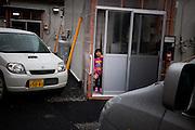 Onagawa  daugther of Satsuki KASHIMURA  logements provisoires Kasetsujutaku  Mars 2012.Satsuki Kashimura et sa famille ont vécu pendant six mois au village de tente proche du Centre de réfugiés. Depuis le mois de septembre, ils vivent dans les logements provisoires gouvernementaux en fond de vallée. Leur situation est prévue de se prolonger sur deux années minimum, mais ils ne savent pas vraiment quel sera leur issue future.  Lespace pour deux adultes et deux enfants est denviron 24 m2