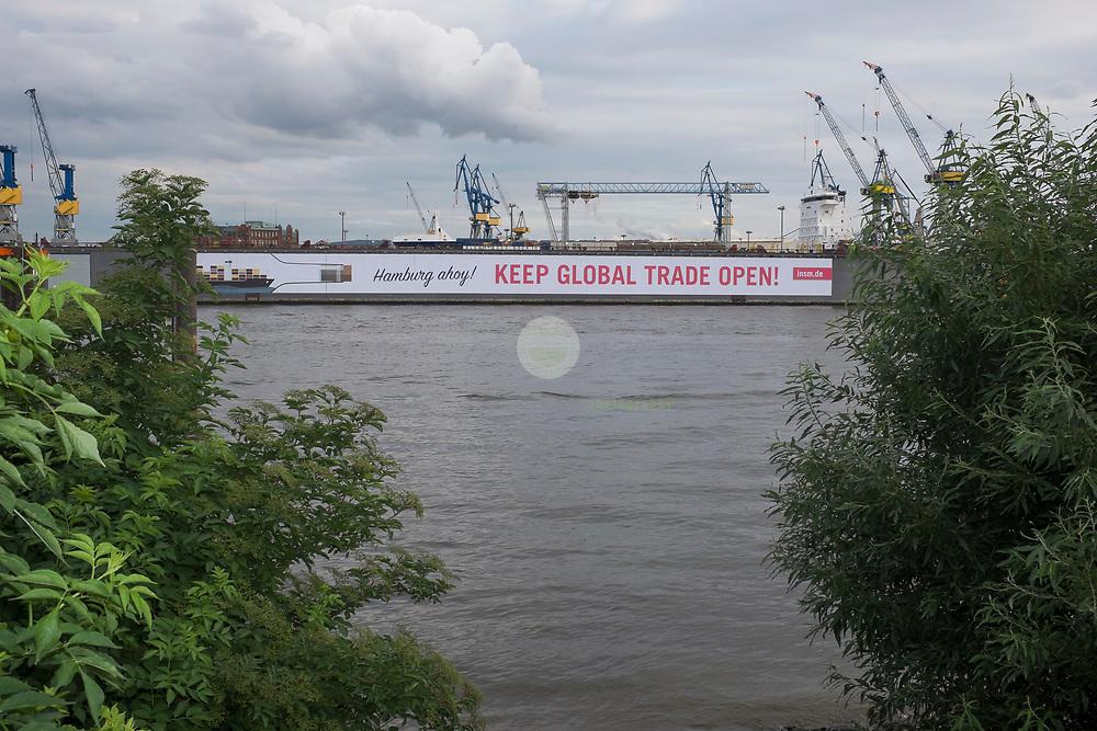 DE, DEUTSCHLAND, Hamburg. 05.07.2017 / Banner im Hamburger Hafen