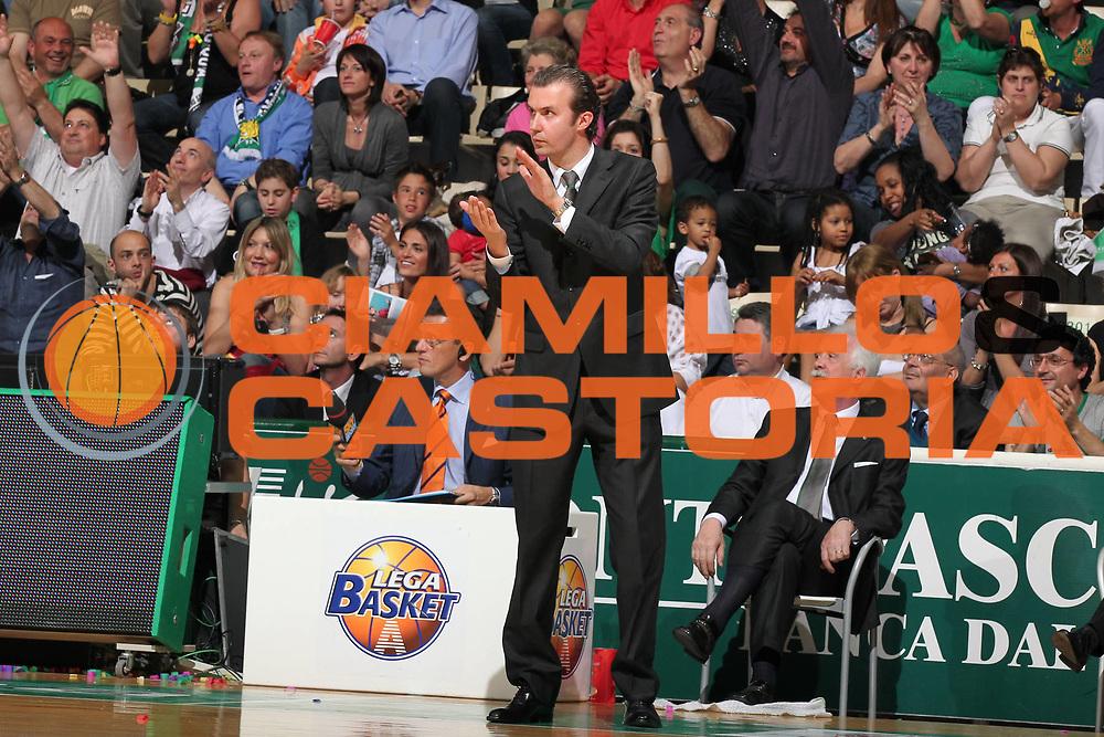 DESCRIZIONE : Siena Lega A 2009-10 Playoff Semifinale Gara 1 Montepaschi Siena NGC Medical Cantu<br /> GIOCATORE : Simone Pianigiani<br /> SQUADRA : Montepaschi Siena<br /> EVENTO : Campionato Lega A 2009-2010 <br /> GARA : Montepaschi Siena NGC Medical Cantu<br /> DATA : 01/06/2010<br /> CATEGORIA : coach ritratto esultanza<br /> SPORT : Pallacanestro <br /> AUTORE : Agenzia Ciamillo-Castoria/ElioCastoria<br /> Galleria : Lega Basket A 2009-2010 <br /> Fotonotizia : Siena Lega A 2009-10 Playoff Semifinale Gara 1 Montepaschi Siena NGC Medical Cantu<br /> Predefinita :