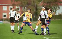 Heidi Pedersen, Trondheims-Ørn, i kamp med Kjersti Thun, Asker. Kvinnefotball: Trondheims-Ørn - Asker 1-0. NM 1999 kvinner, semifinale. (Foto: Peter Tubaas)