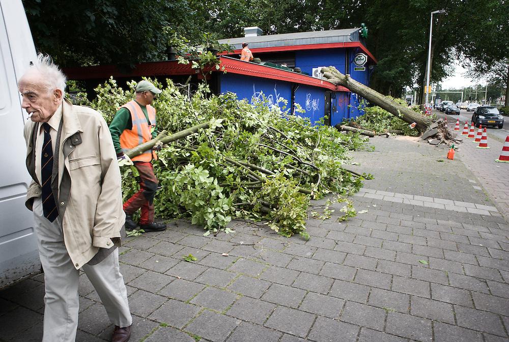 Nederland. Den Haag, 26 juni 2007.<br /> Loosduinsekade. Een boom is gevallen op het dak van uitgaansgelegenheid &quot;BAZART&quot;.<br /> Dienst Stadsbeheer, DSB, in actie bij de eerste melding van vandaag.<br /> Zware windstoten . Volgens het KNMI gaat het om windstoten met snelheden tot 90 kilometer per uur die gepaard kunnen gaan met zware regenval. <br /> Foto Martijn Beekman <br /> NIET VOOR TROUW, AD, TELEGRAAF, NRC EN HET PAROOL