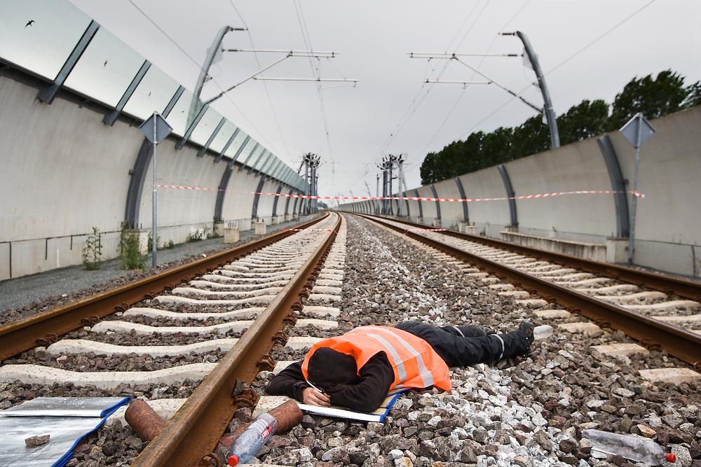 Nederland. Zetten, 16 juni 2007.<br /> Enkele tientallen actievoerders van GroenFront hebben op verschillende plekken op de Betuweroute de spoorbaan geblokkeerd. Op de dag van de offici&euml;le opening van de omstreden goederenlijn ketenden zij zich als laatste symbolisch protest vast aan de rails.<br /> Foto Martijn Beekman <br /> NIET VOOR TROUW, AD, TELEGRAAF, NRC EN HET PAROOL