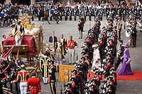Nederland. Den Haag, 16 september 2008.<br /> Prinsjesdag.<br /> Koningin Beatrix, kroonprins Willem-Alexander en prinses Maxima verlaten per Gouden Koets het Binnenhof.<br /> Foto Martijn Beekman<br /> NIET VOOR PUBLIKATIE IN LANDELIJKE DAGBLADEN.