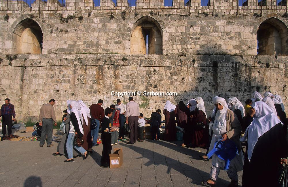 old city walls in the Arab area    Israel     ///  les remparts de la vielle ville dans le quartier arabe  Jerusalem  Israel   ///     L4154  /  R00290  /  P116338
