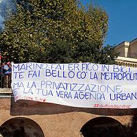 Striscione contro il sindaco Marino alla stazione metro Colosseo