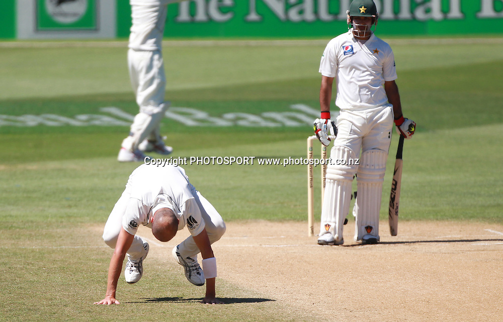 Chris Martin shows his frustration after a not out decision to dismiss Mohammad Hafeez during play on Day 5 of the 2nd test match.  New Zealand Black Caps v Pakistan, Test Match Cricket. Basin Reserve, Wellington, New Zealand. Wednesday 19 January 2011. Photo: Andrew Cornaga/photosport.co.nz