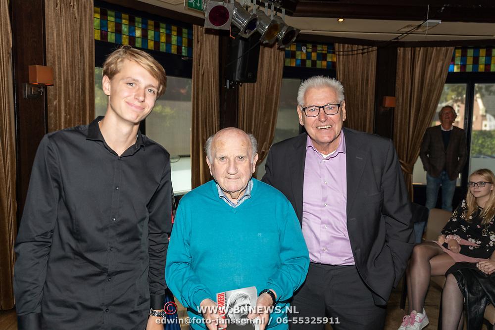 NLD/Ermelo/20190920 - Boeklancering De Beer van de Meer, Piet Schrijvers geeft eerste exemplaar aan ex trainer Kees Rijvers en kleinzoon Kjell