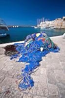Una rete di colore blu intenso richiama il colore profondo del cielo terso di una giornata primaverile.