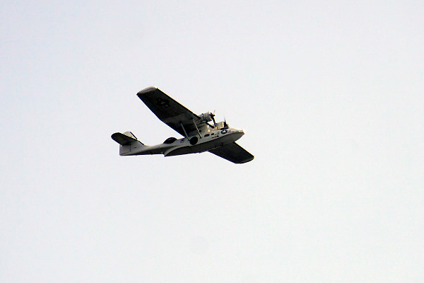 Nederland, Nijmegen, 19-8-2018Een Catalina vliegboot met amerikaanse herkenningstekens vliegt over de stad . Dit vliegtuig is amfibisch en kan dus landen en opstijgen vanaf water. Speelde een belangrijke rol in de tweede wereldoorlog als duikbootbestrijdingsvliegtuig.Foto: Flip Franssen