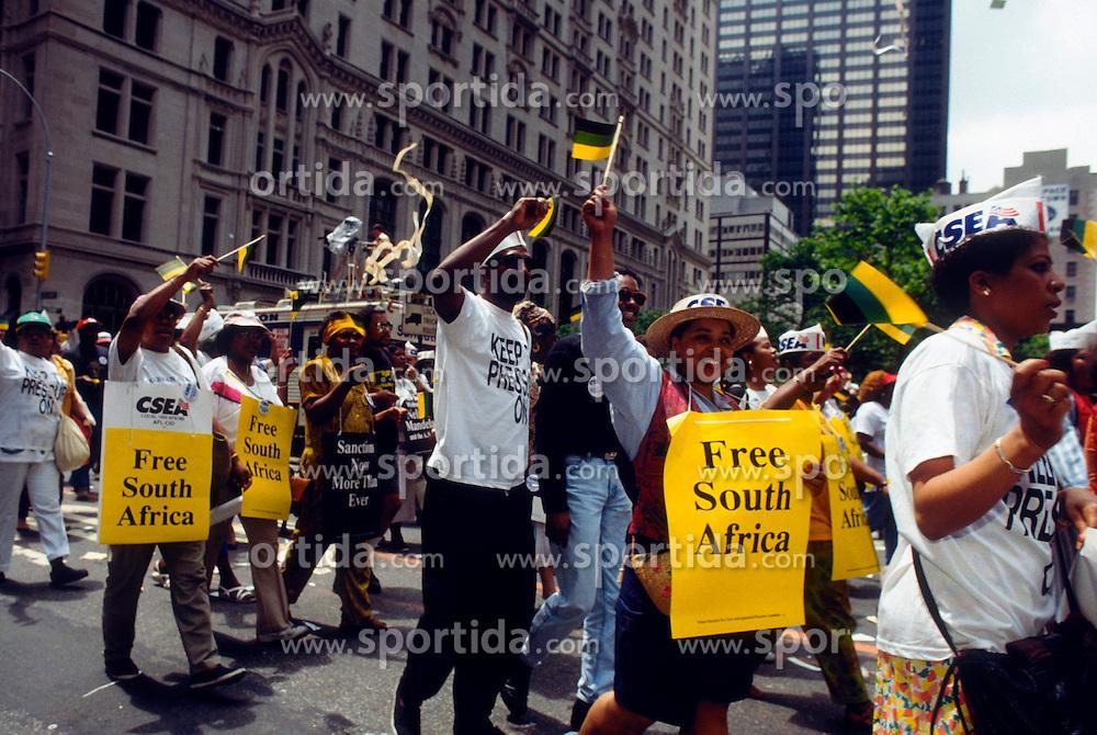 05.12.2013, Johannesburg, ZAF, Nelson Mandela, der Gigant des Humanismus ist im Alter von 95 Jahren in seinem Haus an den Folgen einer Lungenentzuendung gestorben, im Bild Union workers protest to end apartheid, South Africa on May 21, 1991 // Nelson Mandela, giant of humanism died, his house, Johannesburg, South Africa on 2013/12/05. EXPA Pictures © 2013, PhotoCredit: EXPA/ Photoshot/ FRANCES M. ROBERTS<br /> <br /> *****ATTENTION - for AUT, SLO, CRO, SRB, BIH, MAZ only*****