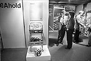 Nederland, Utrecht, 24-1-1986<br /> Serie beelden gemaakt voor twaalf verhalen in het blad Intermediair eind 1985, begin 1986 over de staat van de nederlandse economie per provincie . In de jaarbeurs vindt een zogenaamde JobFair plaats. Een banenbeurs voor academici die in de automatisering willen werken. Er was zeer veel vraag naar automatiseerders. Het fenomeen Head hunting deed opgang. Het zoeken van knappe koppen door bureaus die zich daarop specialiseerde. Voorloper van de carrierebeurs. Ahold, Albert Heijn .<br /> De computer deed voorzichtig zijn intrede, er bestond geen mobiele telefoon, gsm, of internet . De analoge maatschappij . Transitie naar het computertijdperk en automatisering, robotisering .<br /> Foto: Flip Franssen/Hollandse Hoogte