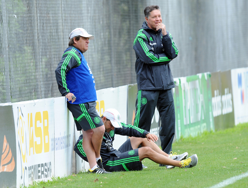 Mexico Football coach Miguel Herrera, left, watches his players at the teams first training run at Dave Farrington Park, Miramar after their arrival for the FIFA World Cup qualifier match against New Zealand on Wednesday, Wellington, New Zealand, Sunday, November 17, 2013. Credit:SNPA / Ross Setford