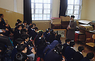 United Kingdom. Birmingham. Dr. Noor, director of the Coventry Mosque in Birmingham, returns to the district schools (in this photo. Small Heat) in order to teach Islamic courses at the morning assembly.  Birmingham  United Kingdom     /  Le Dr. Noor, directeur de la mosquée Coventry à Birmingham, se rend dans les écoles du district - ici Small Beat - pour donner un enseignement islamique à 1'assemblée du matin.  Birmingham  Grande Bretagne