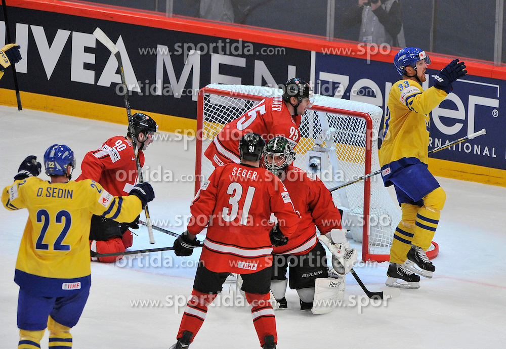 19.05.2013, Globe Arena, Stockholm, SWE, IIHF, Eishockey WM, Schweden vs Schweiz, im Bild Sweden 33 Henrik Sedin gör 1-2 goal mål jubel, celebrates // during the IIHF Icehockey World Championship Game between Sweden and Switzerland at the Ericsson Globe, Stockholm, Sweden on 2013/05/19. EXPA Pictures © 2013, PhotoCredit: EXPA/ PicAgency Skycam/ Simone Syversson..***** ATTENTION - OUT OF SWE *****