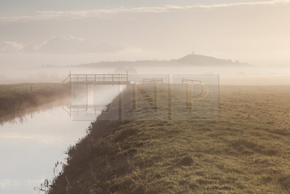 © Licensed to London News Pictures. 18/01/2015. Glastonbury, Somerset, UK. A cold and misty sunrise over the Somerset levels near Glastonbury this morning, 18th January 2015. Photo credit : Rob Arnold/LNP