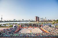 ROTTERDAM - Poulewedstrijd Brouwer/Meeuwsen - Huver/Seidl , Beachvolleybal , WK Beach Volleybal 2015 , 27-06-2015 , Overzicht vanaf de SS Rotterdam met op de achtergrond de skyline van Rotterdam