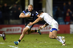 Jonathan Joseph of Bath Rugby takes on the Clermont Auvergne defence - Mandatory byline: Patrick Khachfe/JMP - 07966 386802 - 06/12/2019 - RUGBY UNION - The Recreation Ground - Bath, England - Bath Rugby v Clermont Auvergne - Heineken Champions Cup