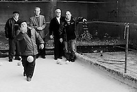 Reportage sviluppato ad Alessano (LE). Viene presa in considerazione fotograficamente, la gente che popola il paese nei suoi bar, piazze, strade, giardini pubblici. Ed, insieme a questa, i particolari caratterizzanti il luogo...un lancio durante una partita a bocce.