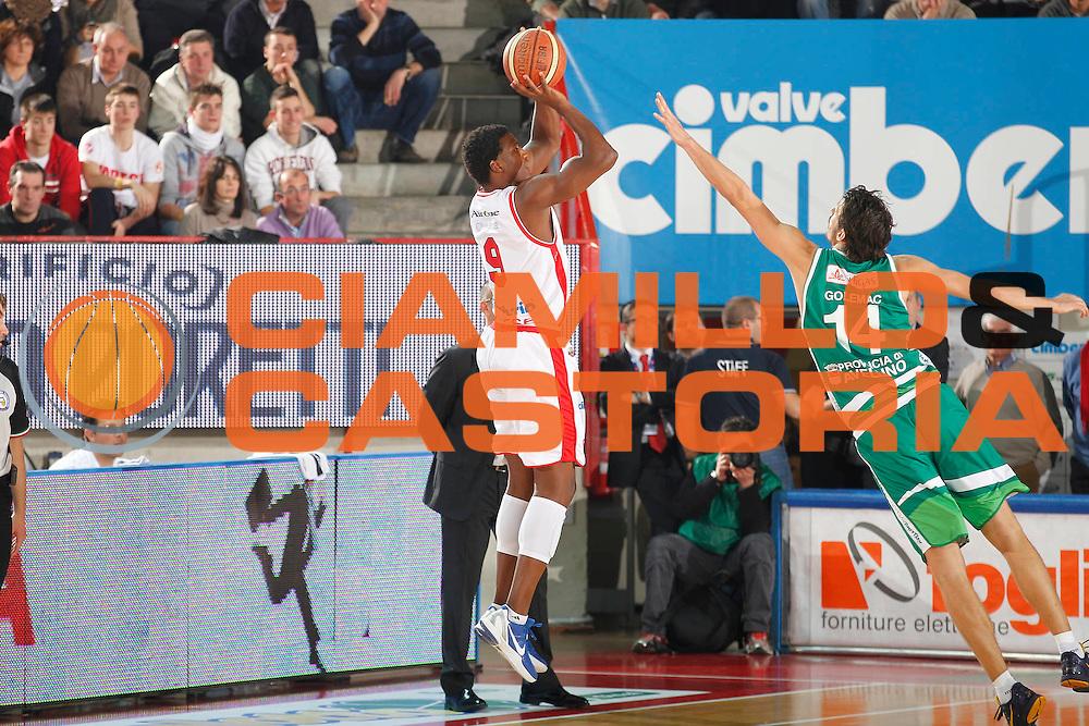 DESCRIZIONE : Varese Campionato Lega A 2011-12 Cimberio Varese Sidigas Avellino<br /> GIOCATORE : Yakhouba Diawara<br /> CATEGORIA : Tiro Three Points<br /> SQUADRA : Cimberio Varese<br /> EVENTO : Campionato Lega A 2011-2012<br /> GARA : Cimberio Varese Sidigas Avellino<br /> DATA : 11/01/2012<br /> SPORT : Pallacanestro<br /> AUTORE : Agenzia Ciamillo-Castoria/G.Cottini<br /> Galleria : Lega Basket A 2011-2012<br /> Fotonotizia : Varese Campionato Lega A 2011-12 Cimberio Varese Sidigas Avellino<br /> Predefinita :