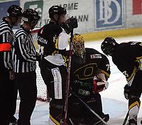 Ishocey   14 september  2006  - UPC ligaen<br /> Hamar OL-Amfi    <br /> Foto: Dagfinn Limoseth, Digitalsport <br /> Storhamar Dragons  v  Stavanger Oilers  (3-1)<br /> <br /> Bengt Höglund , Stavanger fikk ett skudd i hjelmen ,  gikk ned for telling ,men fortsette kampen etter en stund