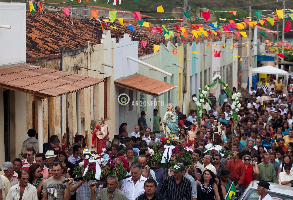 Procissao de Santo Antonio em Luanda, distrito de Serra Talhada-PE. Procissao eh um cortejo religioso realizado em marcha solene, normalmente pelas ruas de uma cidade e carregando imagens e entoando rezas ou canticos. /