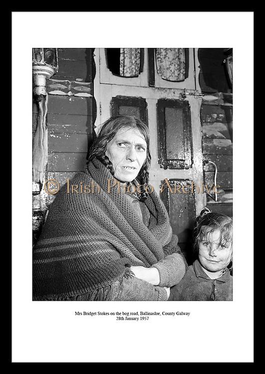 Bridget Stokes på sumpveien i Ballinasloe, Galway 28 januar 1957. Irsk hverdagsliv, her en kvinne.og et barn. Se hvordan hverdagslivet var på 1950 tallet på Irishphotoarchive.ie.
