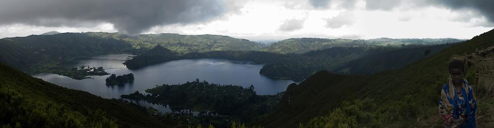 Lac Wenchi formé par multiples sources dans le cratère du volcan Wenchi qui culmine à 3280 m à 200 km à l'est d'Addis Ababa. On compte quatorze rivières qui ruissèlent sur les pentes du volcan, apportent une irrigation naturelle aux petits agriculteurs locaux et sont à l'origine de l'unique source minérale estampillée « made in Ethiopia » appelée Ambo water.