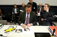 17 DEC 2002, BERLIN/GERMANY:<br /> Gerhard Schroeder (L), SPD, Bundeskanzler, unterschreibt Autogrammkarten, vor Beginn der Sitzung der SPD Bundestagsfraktion, rechts: und Franz Muentefering, SPD Fraktionsvorsitzender, , Deutscher Bundestag<br /> IMAGE: 20021217-01-008<br /> KEYWORDS: Fraktionssitzung, Gerhard Schröder, Franz Müntefering,