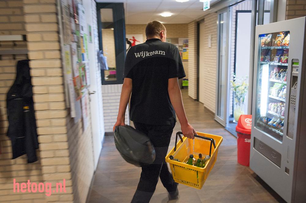 Nederland, nijverdal  28mei2013 Mark Timmerman werkt in / bij het Kulturhus in Nijverdal bij Aveleijn / dagbesteding voor mensen met een lichte zorgindicatie. Door bezuinigingen moet nog meer dan voorheen samengewerkt worden met andere instellingen. Mooi voorbeeld daarvan is de dagbesteding die Aveleijn heeft opgezet in de Kruidenwijk in Nijverdal. Dit doet Aveleijn samen met ZorgAccent, Interakt Contour en Stichting de Welle. We bekijken wat nodig is in de wijk en zetten cliënten daarop in. Denk daarbij aan onderhoud van de sporthal en het Kulturhus of het organiseren van een inloopochtend met koffie.
