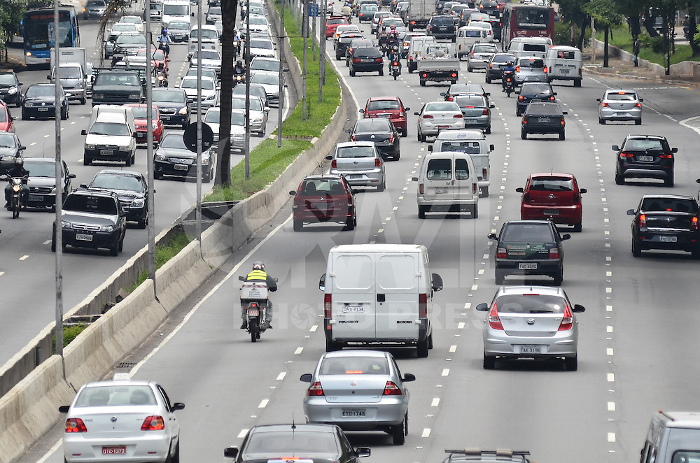 SAO PAULO, 12 DE FEVEREIRO DE 2013. - TRANSITO SP -  Transito intenso na Avenida 23 de Maio. regiao sul da capital, na manha desta quinta feira, 14. (FOTO: ALEXANDRE MOREIRA / BRAZIL PHOTO PRESS).