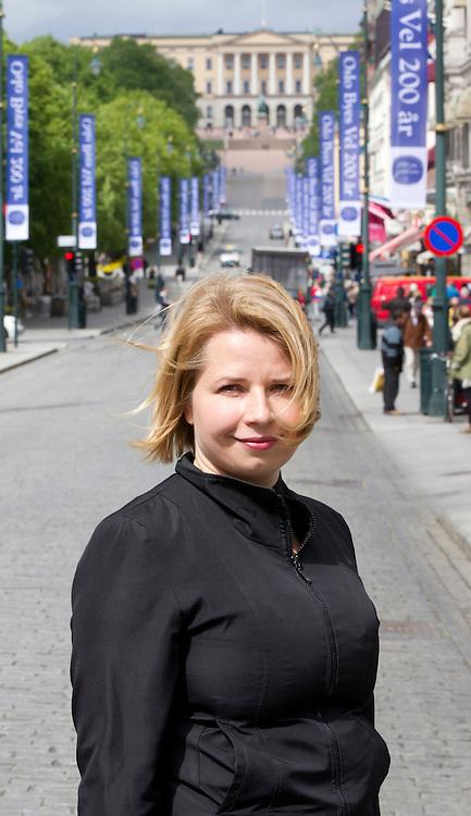 Oslo  20110524. Man kan si mye rart om Tonje R&macr;ed nye romanskikkelse. Men forfatteren selv mener Emma hovedpersonen i hennes roman &quot;Skj&macr;nne utsikter&quot; leker katt og mus med v&Acirc;r sympati i sin nye roman som utkommer fra Forlaget Oktober. Karl Johansgate med Slottet i bakgrunnen.<br /> Foto: Morten Holm / Scanpix<br /> <br /> NTB Scanpix/Writer Pictures<br /> <br /> WORLD RIGHTS, DIRECT SALES ONLY, NO AGENCY