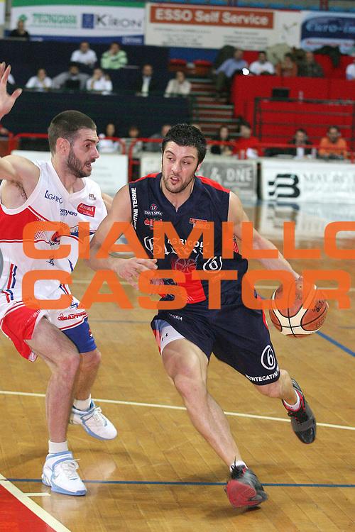 DESCRIZIONE : Montecatini Legadue 2006-07 Agricola Gloria Basket Rossoblu Montecatini Junior Casale Monferrato<br /> GIOCATORE : Meini vs Fazzi<br /> SQUADRA : Agricola Gloria Basket Rossoblu Montecatini<br /> EVENTO : Campionato Legadue 2006-2007<br /> GARA : Agricola Gloria Basket Rossoblu Montecatini Junior Casale Monferrato<br /> DATA : 26/11/2006<br /> CATEGORIA : Penetrazione<br /> SPORT : Pallacanestro<br /> AUTORE : Agenzia Ciamillo-Castoria/Stefano D'Errico