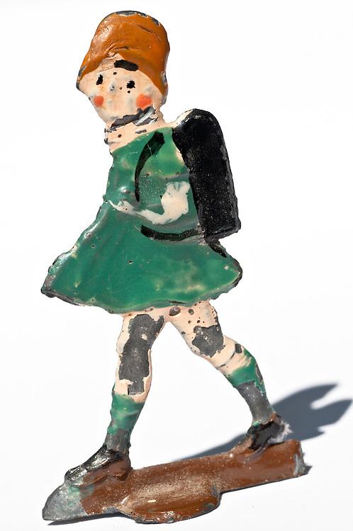 Zinnfigur eines gehenden  Schulmädchens mit Ranzen     |  tint toy figure of a girl with a bag    |