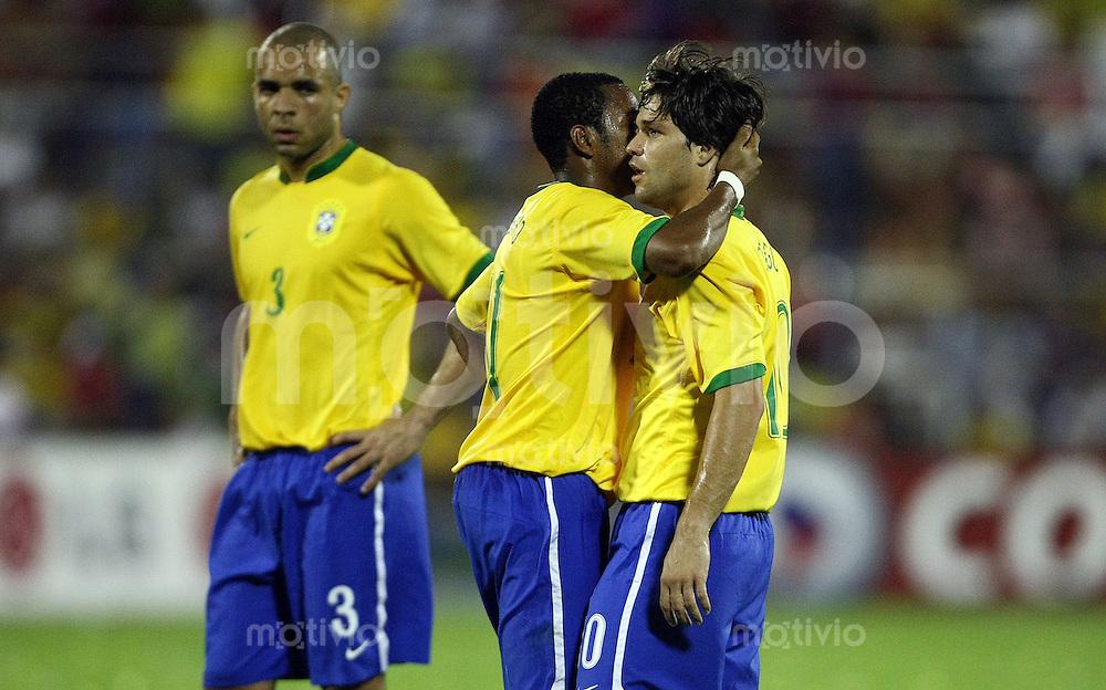 Fussball   International   42. Copa America   Halbfinale        Uruguay - Brasilien        ROBINHO (Mitte) fluestert DIEGO (rechts) ins Ohr. Links wartet ALEX (alle BRA).