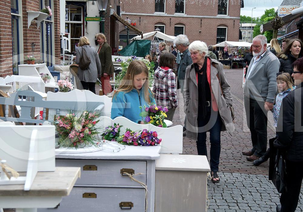 OMMEN - Groei en Bloei.Weinig publiek hij de even zo weinig bloemen in het centrum van Ommen..FFU PRESS AGENCY COPYRIGHT FRANK UIJLENBROEK.