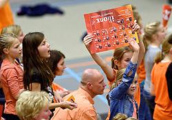 30-12-2015 NED: Nederland - Belgie, Almelo<br /> Op het 25 jaar Topvolleybal Almelo spelen Nederland en Belgie een oefen interland ter voorbereiding op het OKT dat maandag in Ankara begint. Nederland wint overtuigend met 3-1 / Oranje, support, Illionx