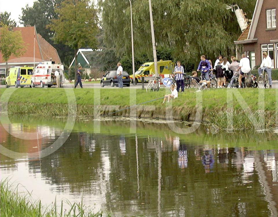 Fotografie Uijlenbroek©1999/Frank Brinkman.990909 de krim ned.explosie gevaar meel fabriek alle verkeer werd omgeleid .achter de omheining kon nog rustig gevist worden maar er stonden wel ambulances klaar