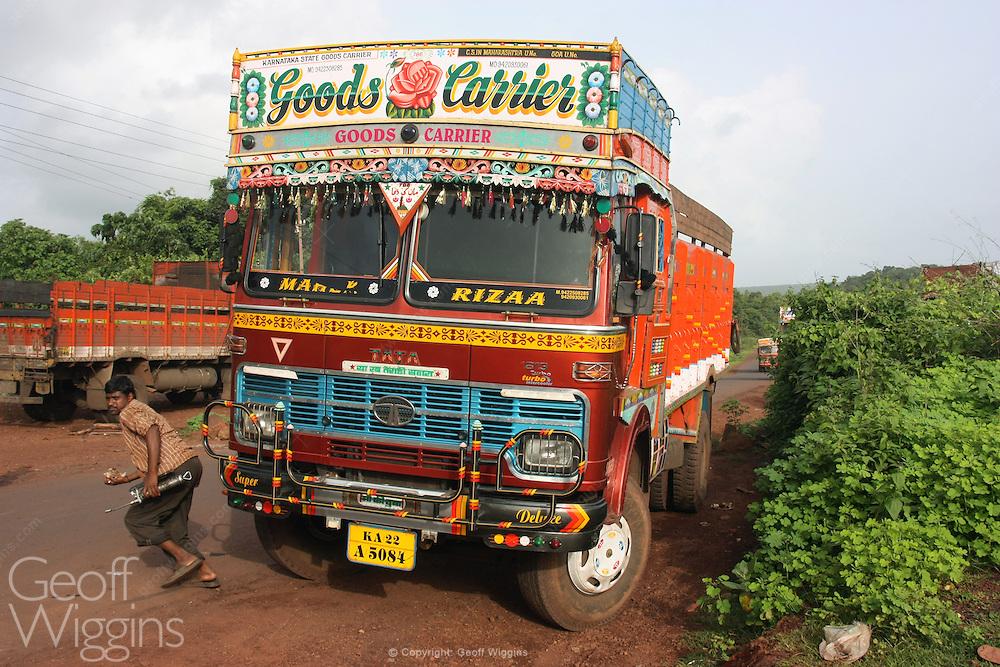 Driver runs across busy road while repairing broken down truck in Karnataka, India