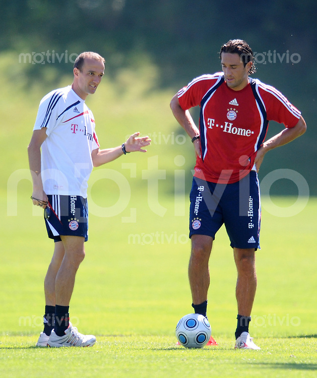 1. Fussball Bundesliga :  Saison   2009/2010   24.08..2009 Training beim FC Bayern Muenchen v. li., Fitnesstrainer  Thomas Wilhelmi mit Luca Toni (FCB)