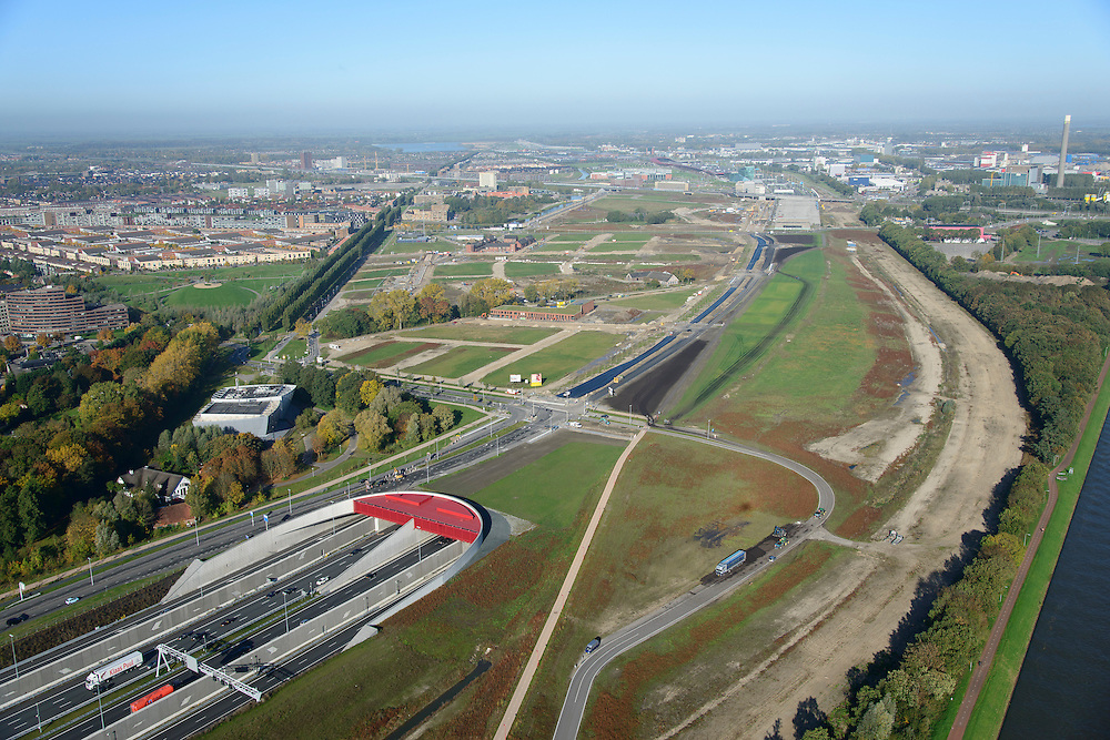 Nederland, Utrecht, Utrecht, 24-10-2013;<br /> Rijksweg A2 en de zuidelijke ingang van de  Leidsche Rijntunnel, een landtunnel die de verkeersoverlast, luchtvervuiling en geluidsoverlast voor Utrecht en de Vinexwijk Leidsche Rijn (l) moet verminderen. Rechts het Amsterdam-Rijnkanaal. Stadsbaan links van de tunnel. Stadsbaan links van de tunnel.<br /> Roadway A2 and the southern entrance to the tunnel Leidsche Rijn, a landtunnel built to decrease the nuisance of traffic noise and air pollution for the city of Utrecht and the suburb Leidsche Rijn (l) . Left the Amsterdam-Rhine Canal.<br /> luchtfoto (toeslag op standaard tarieven);<br /> aerial photo (additional fee required);<br /> copyright foto/photo Siebe Swart.
