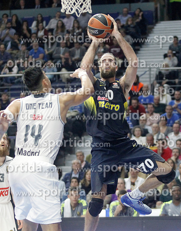 03.12.2015, Palacio de los Deportes, Madrid, ESP, FIBA, EL, Real Madrid vs Fenerbahce Ulker Istanbul, Halbfinale, im Bild Real Madrid's Gustavo Ayon (l) and Fenerbahce Istambul's Luigi Datome // during thesemifinall Match of the Turkish Airlines Basketball Euroleague between Real Madrid and Fenerbahce Ulker Istanbul at the Palacio de los Deportes in Madrid, Spain on 2015/12/03. EXPA Pictures © 2015, PhotoCredit: EXPA/ Alterphotos/ Acero<br /> <br /> *****ATTENTION - OUT of ESP, SUI*****